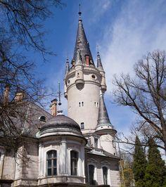 Pałac przetrwał szczęśliwie II wojnę światową i stał się własnością skarbu państwa. Władze zdecydowały, że w budynku będzie mieścić się szkoła rolnicza. Jej dyrektor zadbał o to, by zabytkowe wnętrza nie zostały zdewastowane przez uczniów, a rezydencja zachwycała niczym w czasach największej świetności.