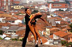 La salsa es por tradición el baile de los caleños. Hay más de 80 academias de salsa en Cali.