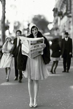 A French flapper reads the newspaper - # .- Ein französischer Flapper liest die Zeitung – A French flapper reads the newspaper – # # French - Mode Vintage, Vintage Love, Retro Vintage, Vintage Paris, Vintage Black, Vintage Gucci, French Vintage, Vintage Style, Roaring Twenties