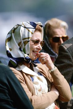 Royal Wndsor Horse Show 1982 Here Queen Elizabeth II looks particularly stylish at the Royal Windsor Horse Show in Her Majesty is smiling as she watches her husband compete. loves the Queen's sunglasses – what a look! Carolina Herrera, Karl Lagerfeld, Duchess Of York, Duchess Kate, Diana, Queen Pictures, Royal Queen, British Royal Families, Her Majesty The Queen