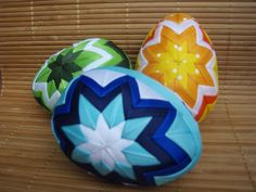 Patchworková vajíčka velká Krásná velká vajíčka, dělaná pečlivě a s láskou metodou falešného patchworku. Polystyrenový základ a na něm napíchané taftové stuhy. Velikost vajíčka 10cm. Barvy a vzory si lze udělat na přání nebo do barvy setů. Cena za 1 kus.