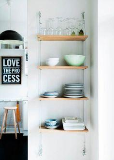 DIY: Smukke hylder med plads til både pynt og praktiske ting giver et løft til indretningen. Der er masser af reoler, bogkasser og hylder at vælge imellem i butikkerne – men det er langt sjovere selv at lave dem!