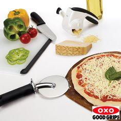 """O Cortador de Pizza 4"""" (10cm) Oxo corta pizzas com qualquer tipo de cobertura com facilidade. Sua lâmina afiada de grande diâmetro (4""""), fabricada de aço inoxidável, corta, sem esforço, desde pizzas de massa fina e crocante até as de massa grossa, carregadas de cobertura. Possui um escudo contínuo de liga de zinco fundido que mantém os dedos protegidos da lâmina afiada. O cabo é grande e macio, absorvendo toda a pressão do esforço de corte, reduzindo a fadiga de sua mão."""