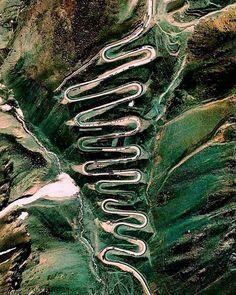 El paso de Los Caracoles, en la cordillera de los Andes, cruzando el límite de Chile con Argentina.
