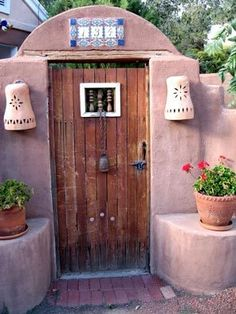Very cool and artsy doorway.... This would look adorable in the garden...too bad I don't know how to grow things :/ haha!