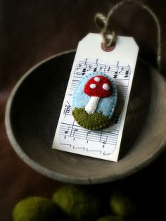 Felt mushroom- Oh how sweet! I can see making different pins and putting them on tags as little giftys!