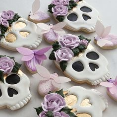 Beautiful sugar skull cookies for Dia de Muertos Halloween Desserts, Halloween Brownies, Postres Halloween, Halloween Cookie Recipes, Halloween Cookies Decorated, Halloween Sugar Cookies, Halloween Treats, Halloween Halloween, Halloween Cookie Cutters