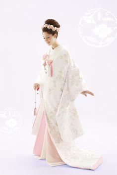 Cool Creative Japanese Wedding Dress Ideas For Your Inspiration To Try Traditional Kimono, Traditional Fashion, Traditional Outfits, Japanese Wedding Kimono, Japanese Kimono, Japanese Fashion, Mode Kimono, Oriental Dress, Japanese Costume
