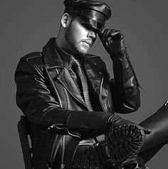 Guys in Leather Biker Leather, Leather Gloves, Leather Men, Leather Jacket, Art Of Persuasion, Biker Dating, Black Men, Black And White, Men In Uniform