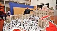 Bob Simon ha tardado casi un año en terminar esta increíble obra - Bob Simon:  El sacerdote que ha construido una réplica del Vaticano usando 500.000 'legos'  http://www.abc.es/tecnologia/20150921/abci-sacerdote-replica-vaticano-201509210934.html vía @abc_es