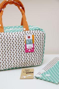 Envie d'évasion, voici la valise tout en #lovelycanvas #kesiart proposée par @marienicolas. #handmadebag #Diy #handmade #canvasbag