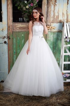 Luna Wedding Dress | Amanda Wyatt Promises of Love Bridal Collection | http://www.rockmywedding.co.uk/promises-of-love-from-amanda-wyatt-2/