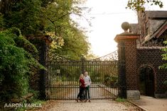 An amazingly beautiful fall engagement session at Mellon Park in Shadyside. What to wear for your engagement session | Pittsburgh Wedding Photographers | Aaron Varga Photography