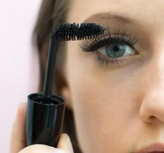 Les filles attention : préparez-vous à découvrir les meilleures astuces pour mettre facilement des faux-cils et faire tenir votre mascara plus longtemps !