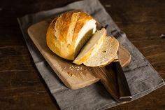 Esta receita surpreende pela textura da casca crocante e miolo fofinho. É pão italiano feito em casa, mas com gostinho de padoca!