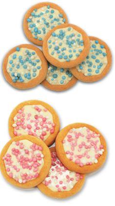 Geboorte koekjes. Nodig: Geboorte koekjes, Geboorte sticker, Lintje.  Werkwijze: Bestel de koekjes in de juiste kleur. Wanneer ze zijn geleverd, plak je met de sticker een lintje op de verpakte koekjes. Krul de lintjes en klaar is je traktatie.
