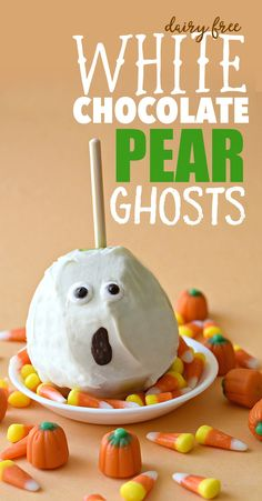 Put a new twist on the old classic caramel apple by turning apples into pears with these frightfully delicious Dairy Free White Chocolate Pear Ghosts. Halloween Themed Food, Healthy Halloween, Halloween Food For Party, Halloween Treats, Halloween Foods, Dairy Free White Chocolate, White Chocolate Desserts, Kid Desserts, Vegan Dessert Recipes