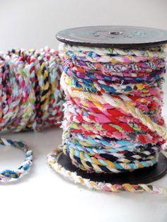 はぎれを細く裂いて、ロープのようにねじりながら編みます。 アクセサリーやストラップにする他に、ぐるぐる巻いてコースターや鍋敷き、マットを作ることもできます。