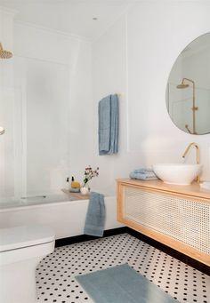 Un piso castellano de tendencia: con color, molduras y estilo, ¡súper elegante Estilo Interior, Retro, Bath Mat, Flooring, Rugs, Mosaic Floors, Bathroom, Home Decor, Instagram