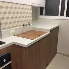 Your kitchen needs to be one of the cleanest areas in your house.(READ MORE) Quer inspiração melhor que essa? Interior Design Tips, Interior Design Living Room, Outdoor Laundry Rooms, Apartment Kitchen, Furniture Inspiration, Home Organization, Home Kitchens, Kitchen Decor, New Homes