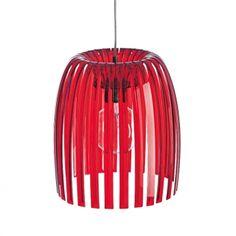 Suspension JOSEPHINE  - Koziol La suspension Joséphine d'un diamètre de 30,5 cm de la marque KOZIOL est un luminaire au design audacieux et moderne. La suspension s'inspire du design des chandeliers en l'épurant pour lui donner légèreté et gracieuseté. Une lumière vive se propage de ce luminaire tout en jouant sur l'ombre, la lumière et la transparence. Cela apportera une ambiance chaleureuse dans la pièce où il se trouve. Sa couleur rouge transparent donnera du peps à votre intérieur.