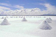 """El Salar de UyuniEl salar de Uyuni o de Tunupa ( 20°10'13.82""""S /  67°34'23.39""""O) de Bolivia quizás es uno de los paisajes más espectaculares del mundo. Una zona con un impresionante desierto de sal (el más grande de mundo), volcanes activos, altos cactus y llanuras de geysers, que hace que parezca un espejismo alienígena, un paisaje de otro mundo."""