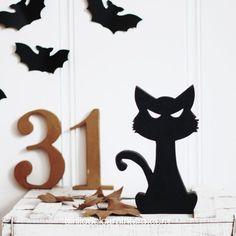 Un lindo gatito con una mirada malvada que será el protagonista de tu decoración este Halloween. Home Decor, Halloween Cat, Wicked, Cute Kittens, Concept, Minimalist, Homemade Home Decor, Interior Design, Home Interiors