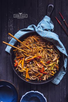Chow mein z makaronem ryżowym - Cook it Lean - sprawdzone paleo przepisy Chow Mein, Chow Chow, Asian Recipes, Ethnic Recipes, Wok, Japchae, Paella, Food And Drink, Dinner