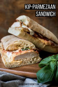 Op zoek naar een lekker broodje voor de lunch? Deze Kip-Parmezaan sandwich kun je warm eten maar is koud om mee te nemen ook perfect! Fast Healthy Meals, Wrap Sandwiches, Hot Dog Buns, Lunches, Fastfood, Hamburger, Snacks, Dinner, Eat