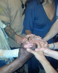 This is how we like to say #Hello #Aloha #Bonjour #Hola #Alltribes #cometogether #portal #SacredConnection #Healing #union #sacredunion #connection #HuMandalas #Mandalas #acroyoga #sacredgeometry#prayforpeace #spiritual #mudra #group #teamwork yogapractice #yogafamily #yogafit #HunabKu #spiral