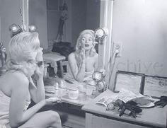 Jayne Mansfield backstage in dressing room Hollywood Vanity, Old Hollywood Glamour, Golden Age Of Hollywood, Classic Hollywood, Vintage Dressing Tables, Sales Image, Jayne Mansfield, Vintage Vanity, I Feel Pretty