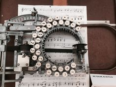 maquina de escribir musical - Google Search Ohio, Types Of Machines, Strange Photos, Guinness World, Vintage Typewriters, Vintage Suitcases, Vintage Luggage, Traffic Light, History Photos