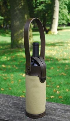Single wine bottle leather and canvas wine bottle tote in khaki canvas and chocolate brown leather. Wine Bottle Holders, Beer Bottles, Decorated Wine Glasses, Leather Coasters, Bottle Bag, Handmade Christmas Gifts, Jute Bags, Leather Projects, Small Leather Goods