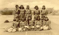 Maori ladies, New Zealand, 1941 Maori People, Tribal People, Maori Tattoos, Art Maori, Polynesian People, New Zealand Tattoo, Historical Photos, Old Photos, Lady