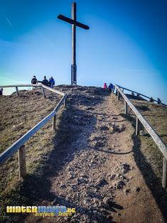 """Der Südgipfel des als """"Walberla"""" bekannten Bergmassivs bietet ein herrliches Gipfel-Feeling. Er ist eines der Highlights der HINTERINDIEN.DE-Tour Nr. 61 Railroad Tracks, Highlights, Hill Walking, Tours, Highlight, Hair Highlights, Train Tracks"""