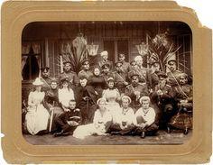 Император Александр III и императрица Мария Федоровна в окружении членов императорской семьи в дни празднования серебряной свадьбы. Ливадия 1891 г.