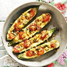 Täytä kesäkurpitsat leipäpaloilla, juustoraasteella ja kirsikkatomaateilla.