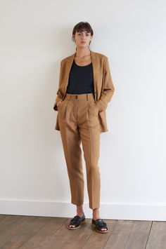 SPRING SUMMER 2018 – TAN LIGHT LINEN HOPSACK LIGHTWEIGHT BLAZER, BLACK EGYPTIAN COTTON VEST, TAN LIGHT LINEN HOPSACK PLEAT POCKET TROUSER, BLACK LEATHER PEEP TOE GOLFER SHOE