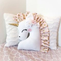 In 60 minutes - Bocaux - Mason, that's all - Painting Ideas DIY unicorn pillow. Free pattern shapes for a unicorn pillowDIY unicorn pillow. Free pattern shapes for a unicorn pillowMake your curtains the best Diy Unicorn, Unicorn Pillow, Unicorn Crafts, Unicorn Cushion, Unicorn Bedroom, Fabric Crafts, Sewing Crafts, Sewing Projects, Sewing Ideas