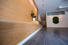 @hardstuff_as posted to Instagram: #squeeze.no bruker Flexbamboo 7mm caramel som fast innslag i sitt interiør.    Foto: @andreclemetsen      #flexbamboo #tapet #bambustapet #bamboowallpaper #wallpaper #bambus #bamboo #møbelplater #bambusplater #moso #bamboopanels #bamboointerior #ecodesign #sustainable Bamboo Wallpaper, Bathtub, Stairs, Home Decor, Instagram, Bamboo, Standing Bath, Stairway, Decoration Home