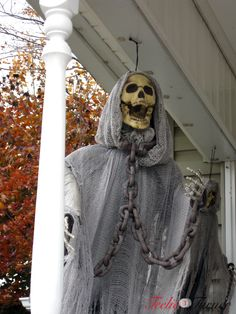 porch halloween decor www.teeliehalloween.com #halloweendecor