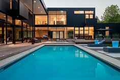 Modern villa design with swimming pool using modern farmhouse exterior with swimming pool glass mosaic tiles and house elevation design front - Amazing Home Design Design Villa Moderne, Modern Villa Design, Patio Design, Exterior Design, Wall Exterior, Modern House Colors, Conception Villa, Toronto Architecture, Modern Properties
