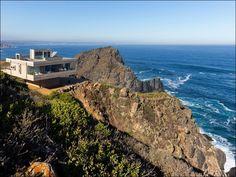 Архитектор Victor Gubbins Browne закончил работу над строительством виллы Casa Mirador в Вальпараисо (Чили). Монолитная конструкция возвышается над скалистыми обрывами в прибрежной полосе Тихого океана.