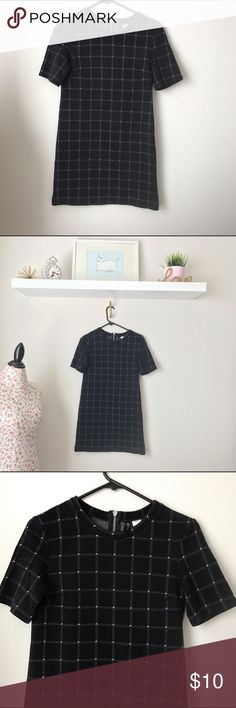 """H&M grid style dress H&M grid design fitted dress. This dress is adorable. Unfortunately it's too fitted for my preference. Dress is NWOT I was so excited to get this in pulled tags off and thought I'd wear it but it's too fitted for my taste. 31"""" long H&M Dresses"""