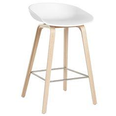 About a Stool AAS32 -baarituoli kuuluu Hayn suosittuun About A Chair -tuolikokoelmaan. About a Stool -baarituolin jalusta on puuta ja istuinosa polypropyleenia.