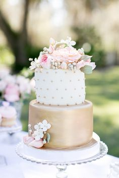 Gold Wedding Cakes - I am currently in the throes of planning my little sister's Bridal Shower and this is exactly how I envision the day. It's an intimate garden party with her nearest and dearest gal pals and loved ones. Wedding Shower Cakes, Small Wedding Cakes, Garden Bridal Showers, Gold Bridal Showers, Garden Shower, Elegant Bridal Shower, Pretty Cakes, Beautiful Cakes, Bolo Original