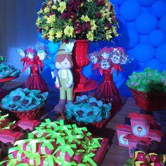 """37 curtidas, 1 comentários - Decoração de festas (@so1bolinho) no Instagram: """"Tema: Bosque da Chapeuzinho Vermelho  Projeto e Decoração: @so1bolinho  Bolo e doces tradicionais:…"""""""