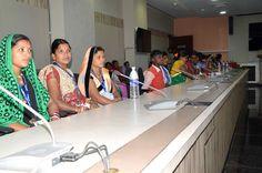 रायपुर जिले के पंच-सरपंच मंत्रालय भवन पहुंचे, जहाँ समिति बैठक कक्ष में रजिस्ट्रार श्री भगवान सिंह कुशवाहा ने उन्हें मंत्रालय की संरचना, व्यवस्था की जानकारी दी. पंच-सरपंचों ने प्रशासनिक एवं सचिव ब्लाक देखा। रैम्प एवं लिफ्ट से प्रतिनिधि पांचवीं मंजिल पर पहुंचे, जहां उन्होंने आधुनिक जिम में व्यायाम किया। लायब्रेरी में विधि एवं संविधान की किताब देखी. मंत्रालय परिसर में हरी-हरी घास पर विश्राम कर आनन्द लिया.