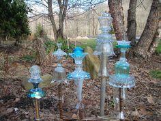 glass garden art Garden Totems, Glass Garden Art, Bottle Garden, Glass Art, Glass Plate Flowers, Flower Plates, Art Flowers, Garden Whimsy, Garden Junk