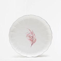 Płaski talerz z falistego fajansu z motywem gałęzi